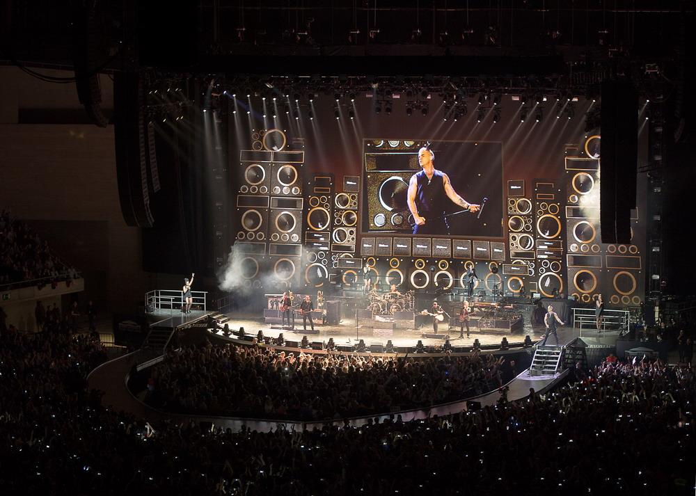 Robbie Williams Let Me Entertain You Tour 2015 (c) Farrell Music. Photograph by James Eppy 2+