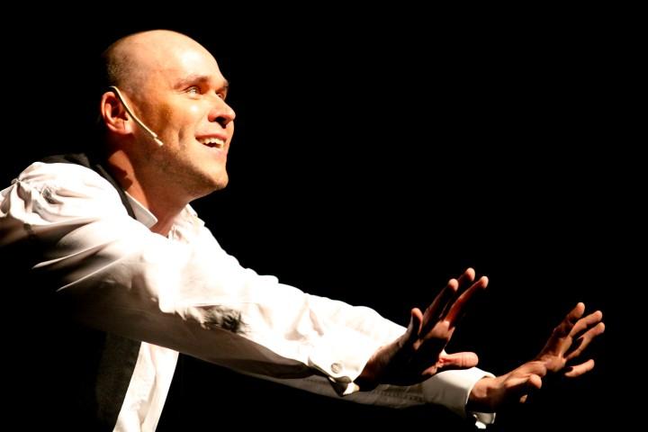 «Спектакль-исповедь – идеал для актера». Максим Аверин вскоре в Израиле