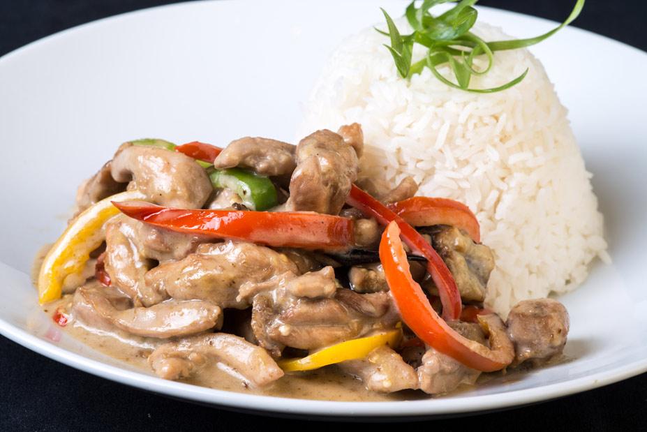 Цыпленок в кокосовом соусе с рисом