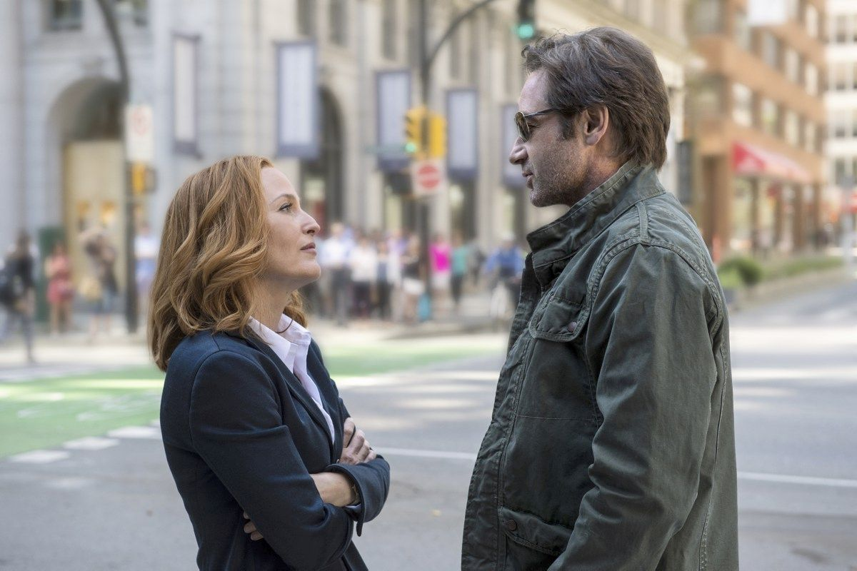 "THE X-FILES:  L-R:  Gillian Anderson as Dana Scully and David Duchovny as Fox Mulder.  The next mind-bending chapter of THE X-FILES debuts with a special two-night event beginning Sunday, Jan. 24 (10:00-11:00 PM ET/7:00-8:00 PM PT), following the NFC CHAMPIONSHIP GAME, and continuing with its time period premiere on Monday, Jan. 25 (8:00-9:00 PM ET/PT). The thrilling, six-episode event series, helmed by creator/executive producer Chris Carter and starring David Duchovny and Gillian Anderson as FBI Agents FOX MULDER and DANA SCULLY, marks the momentous return of the Emmy Award- and Golden Globe-winning pop culture phenomenon, which remains one of the longest-running sci-fi series in network television history.  ©2015 Fox Broadcasting Co.  Cr:  Ed Araquel/FOX  úîåðåú îúåê ôø÷ 1 úîåðåú äñãøä: úé÷éí áàôìä: äúçééä ñãøú àéååðè äîçæéøä ìîñê àú äñåëðéí äàäåáéí. àøä""á, 2016. òí: ãéååéã ãåëåáðé, â'éìéàï àðãøñåï éåöø äñãøä: ëøéñ ÷øèø  *** Local Caption *** úé÷éíáàôìääúçééä úé÷éíáàôìä2016 Copyright Artwork © 2016 Fox and its related entities.  All rights reserved. Motion Picture © 2016 Twentieth Century Fox Film Corporation.  All rights reserved. Photographs © 2016 Fox and its related entities.  All rights reserved."