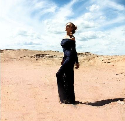 women desert pixabay