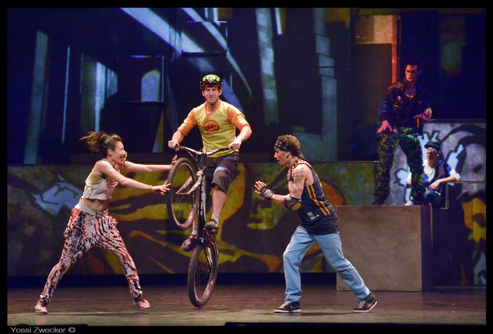 Знаменитый канадский цирк Eloize привезет в Израиль свою версию истории Ромео и Джульетты в супер-шоу «iD»