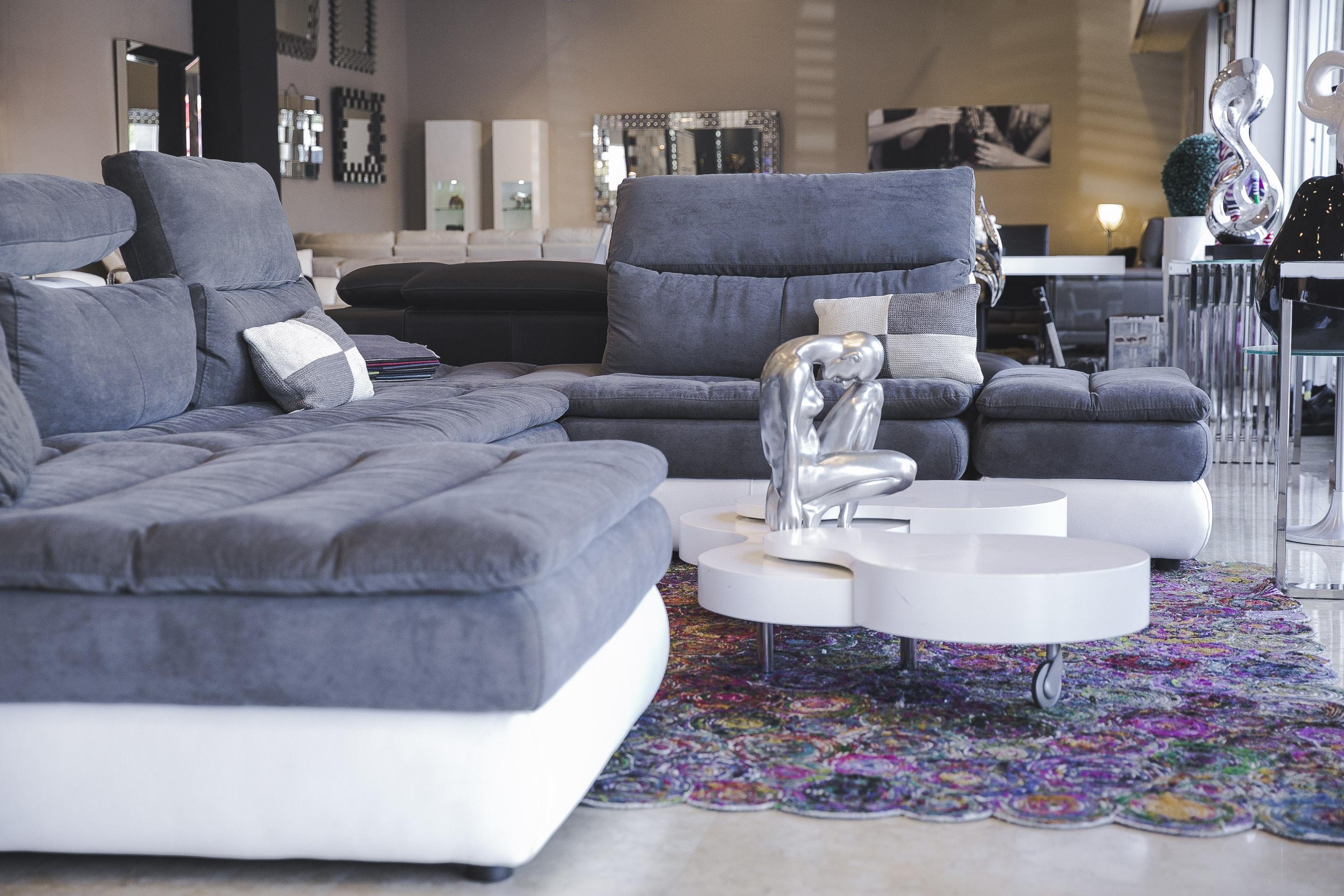 Сеть французской мебели Home Salons в честь открытия предлагает кожаные диваны по цене тканевых