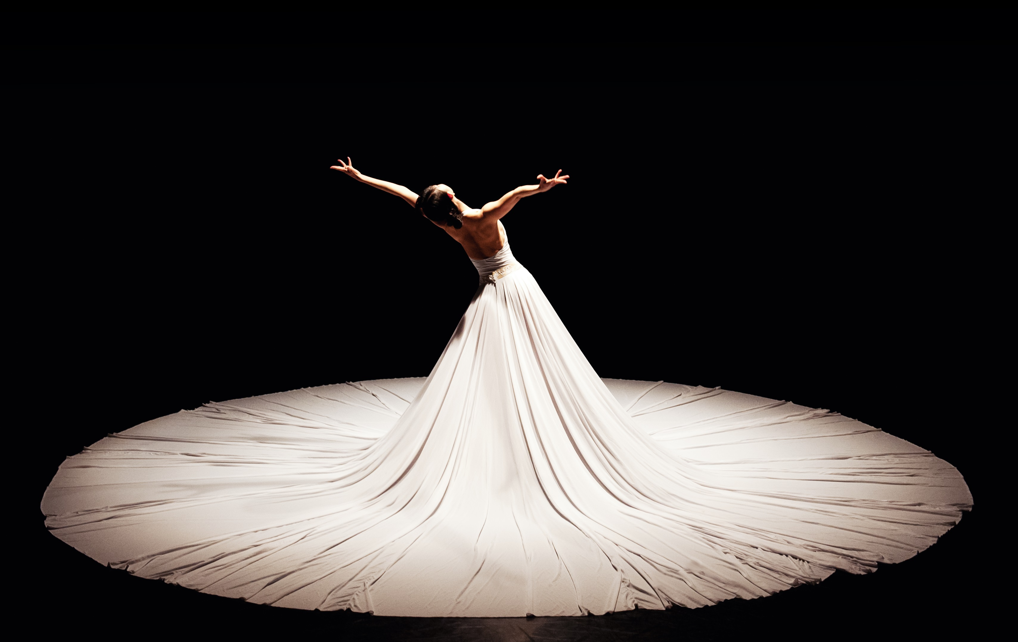 Видео-арт, сценические аксессуары, воздушные декорации и яркие костюмы Джессики Лэнг