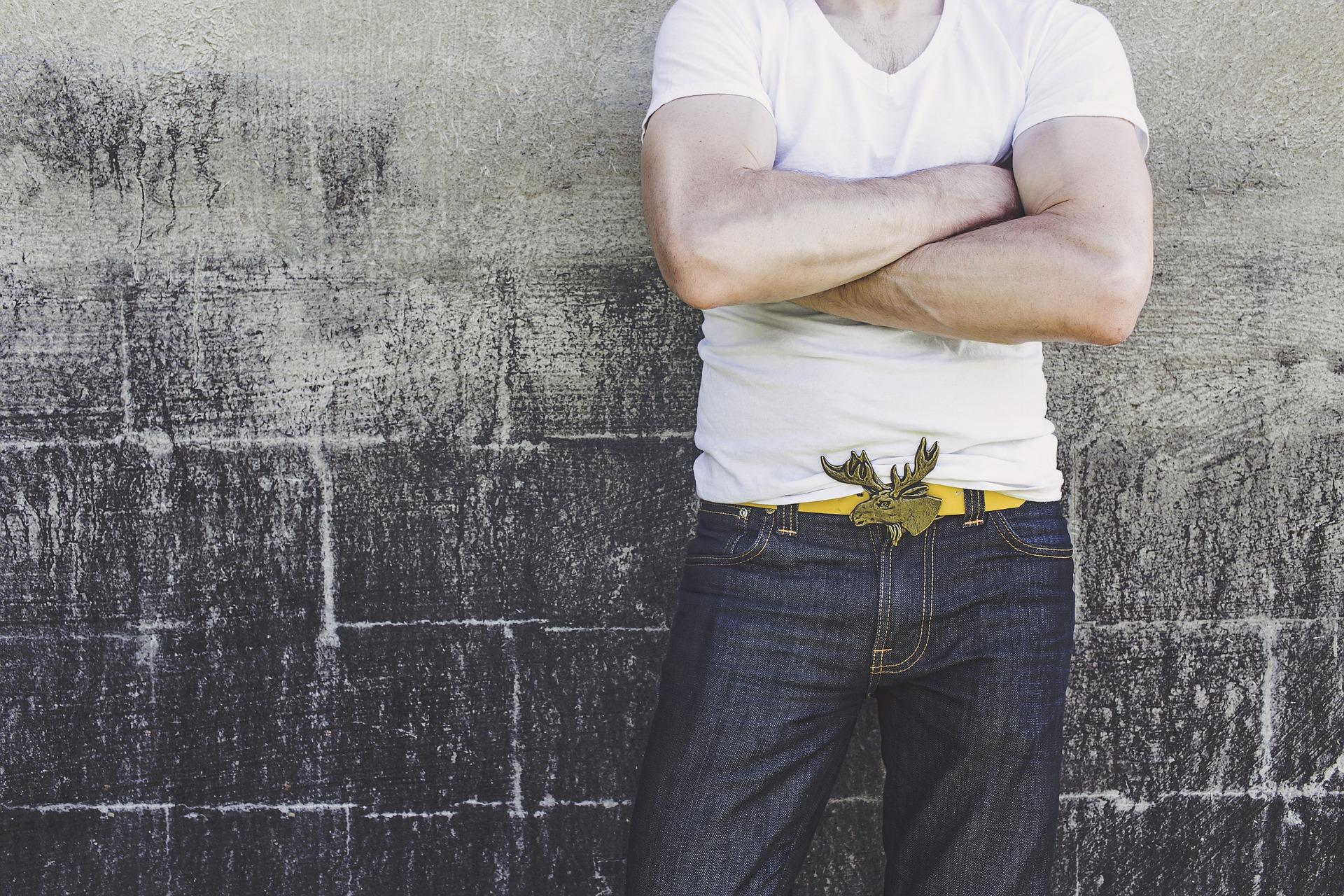 Белая футболка – как лекарство от всех болезней подходит к любой мужской одежде