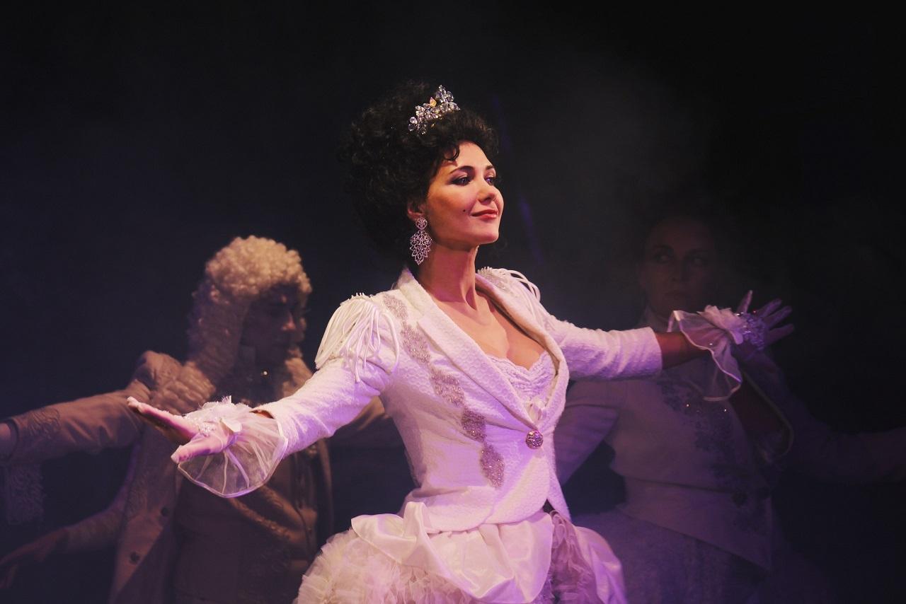 Театр имени Булгакова возвращается со спектаклем «Стакан воды» и королевой Екатериной Климовой