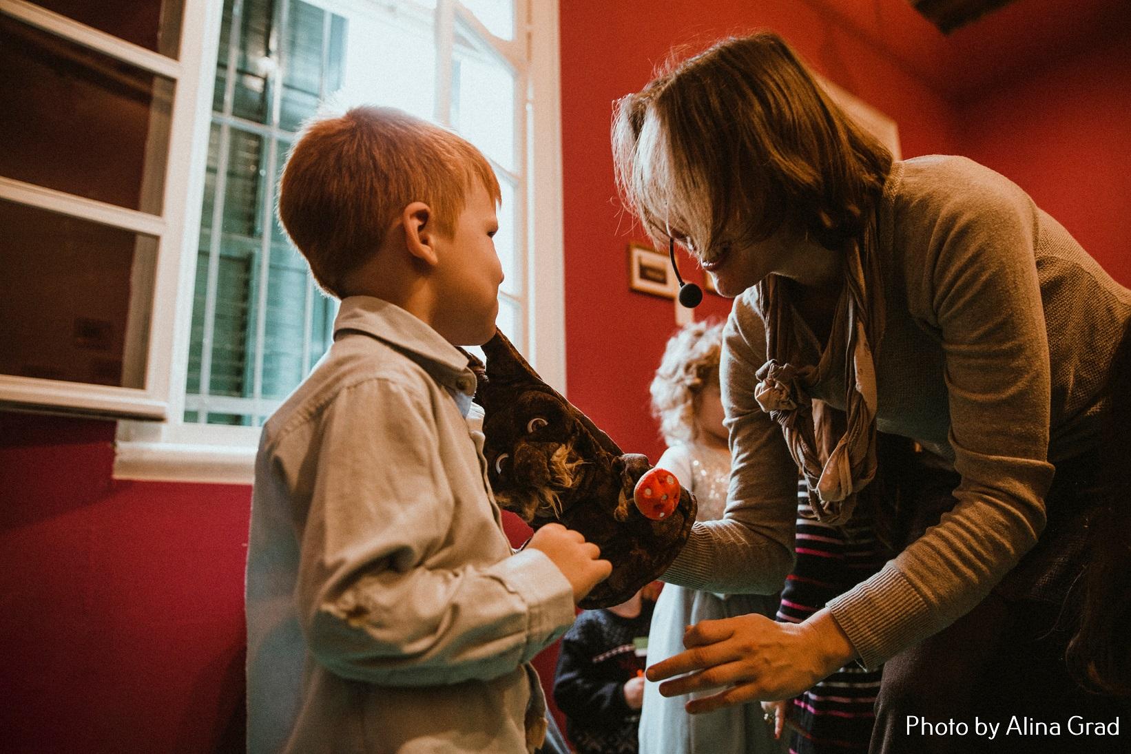 1_Сказ о маленькой елочке с Асей Найфельд_фотограф Алина Град (1)
